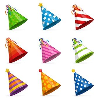 Kolorowy zestaw stożek czapki na białym tle. akcesorium, symbol wakacji. zestaw czapek urodzinowych.