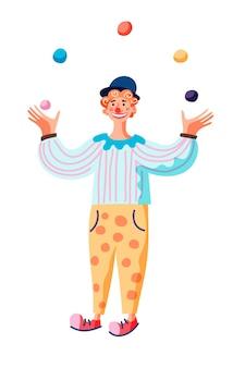 Komik żonglujący piłkami zabawny klaun stoi i występuje na scenie cyrkowej lub festiwalu ulicznym