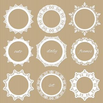 Komplet koronkowych serwetek okrągłych.