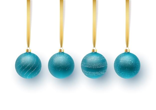 Komplet niebieskich bombek z ornamentem i cekinami. na białym tle
