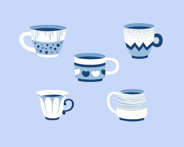 Komplet ręcznie rysowanych filiżanek w stylu skandynawskim. ilustracja na niebieskim tle.