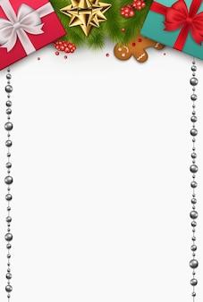 Kompozycja świąteczna prezenty noworoczne, gałęzie sosny, herbatniki, ozdoby na białym tle. widok z góry na uroczysty wystrój.