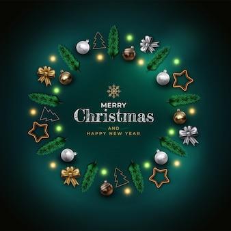 Kompozycja świąteczna ze złotymi i srebrnymi kulkami, gałęziami sosny, wstążką