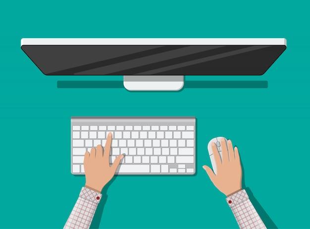 Komputer stacjonarny z klawiaturą i myszą