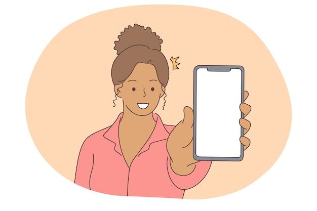 Komunikacja online, koncepcja ekranu smartfona. młoda uśmiechnięta czarna kobieta pokazuje ekran smartfona