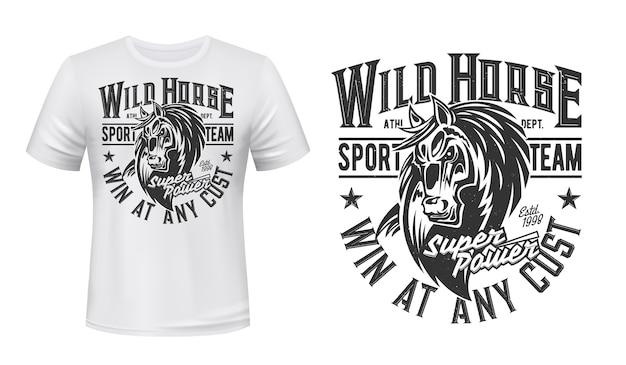 Koń mustang maskotka t-shirt z nadrukiem, ogier, sport jeździecki, klub wyścigowy. klacz zwierząt z monochromatyczną grunge typografią i głową konia na białej odzieży. koszulka sportowa bronco