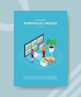 Koncepcja aktualizacji portfolio kobiet i mężczyzn stojących przed dużym komputerem