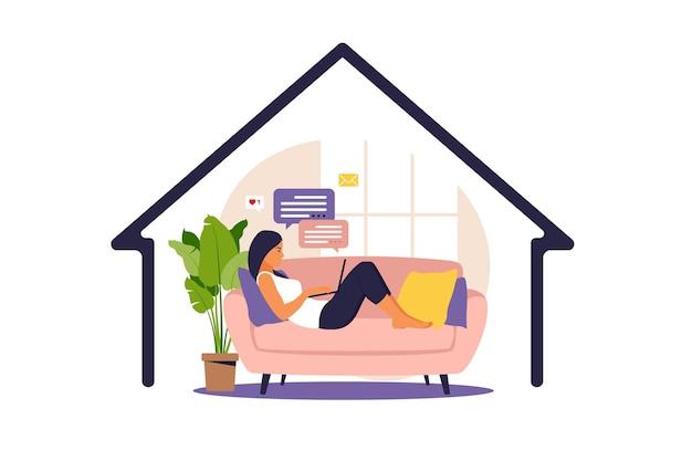 Koncepcja biura domowego, kobieta pracująca w domu, leżąca na kanapie, student lub freelancer