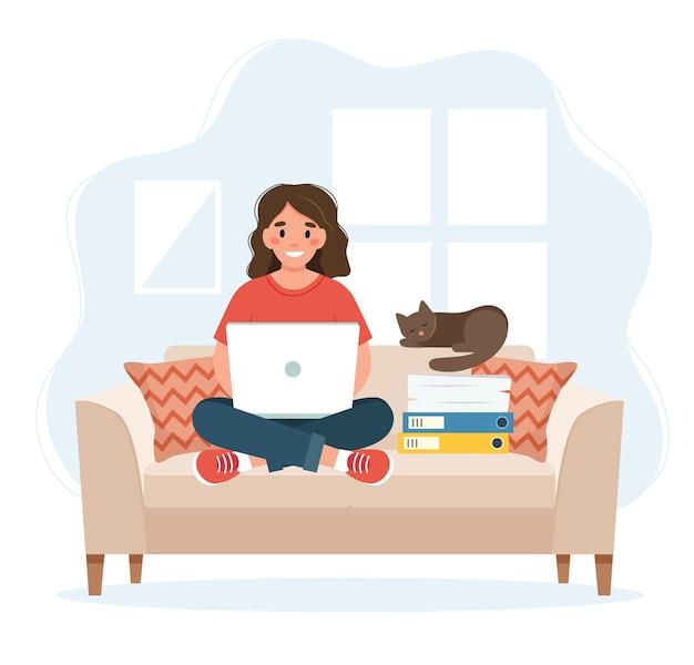 Koncepcja biura domowego, kobieta pracująca w domu siedzi na kanapie, koncepcja pracy zdalnej