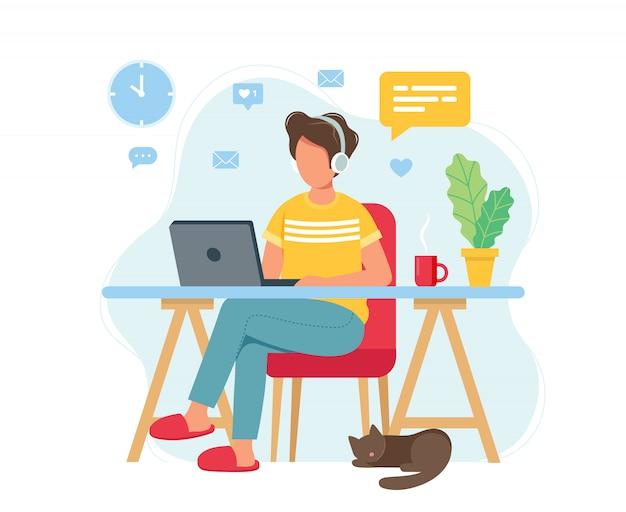 Koncepcja biura domowego, mężczyzna pracujący w domu, student lub freelancer.