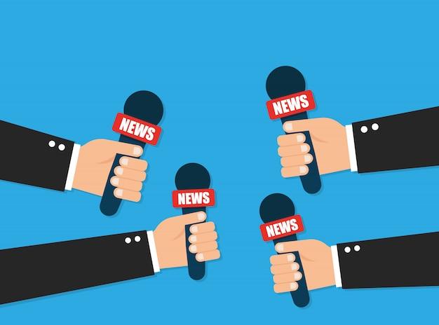 Koncepcja dziennikarstwa. mikrofony trzymając się za ręce. ręka z mikrofonem.