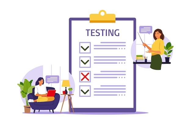 Koncepcja egzaminu online w internecie. kobieta siedzi w pobliżu ankiety online formularza na laptopie.