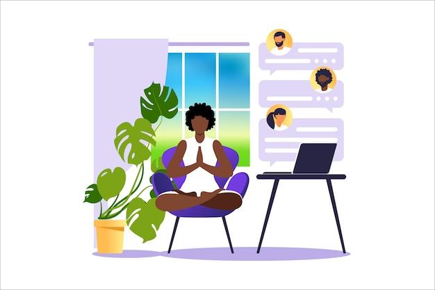 Koncepcja freelancer afrykańska kobieta praktykuje jogę i medytację w domu. dziewczyna siedzi w pozycji lotosu, proces myślowy, powstanie i poszukiwanie pomysłów.