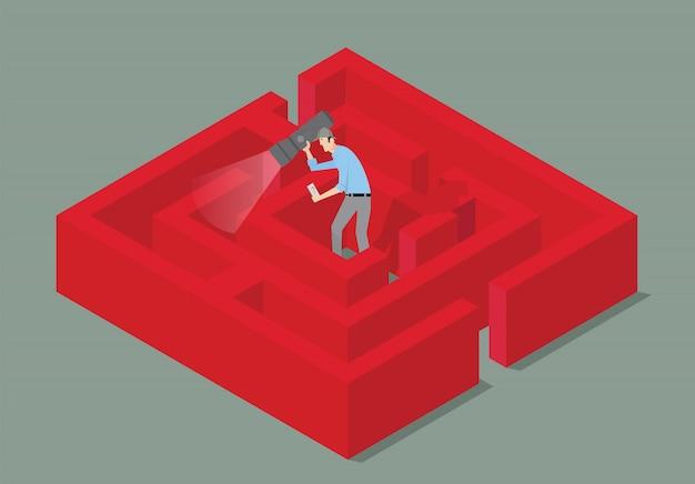 Koncepcja gry escape room. mężczyzna z pochodnią znajduje rozwiązanie labirynt.