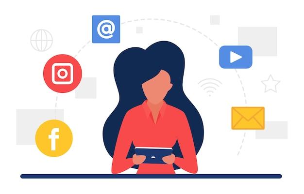 Koncepcja komunikacji w mediach społecznościowych z ikonami sieci i kobietą korzystającą z telefonu komórkowego