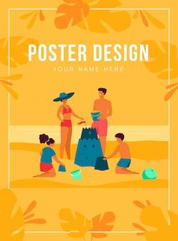 Koncepcja letnich zajęć rodzinnych. dzieci, mama i tata robią zamek z piasku na plaży. dla tropikalnego kurortu, wakacji, koncepcji turystyki