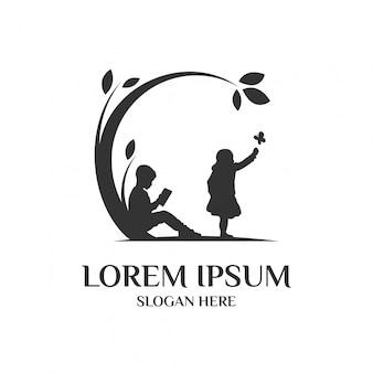 Koncepcja logo edukacji / opieki nad dzieckiem z dwójką dzieci, które grają element.