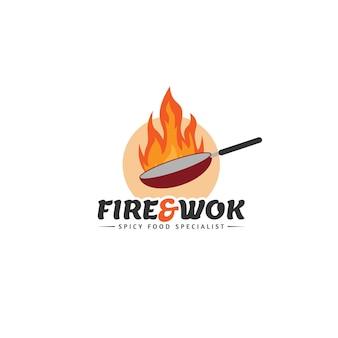 Koncepcja logo ognia i woka dla restauracji pikantnych potraw i innych