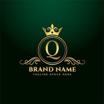 Koncepcja logo ozdobne litery q ze złotą koroną