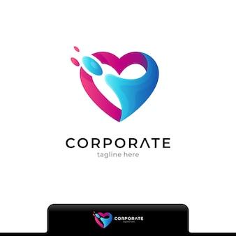 Koncepcja logo połączenia serca lub miłości z pluskiem wody