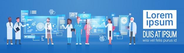 Koncepcja medycyny i technologii grupa lekarzy medycznych przy użyciu nowoczesnego komputera cyfrowego