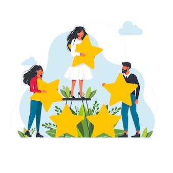 Koncepcja oceny. mali ludzie z gwiazdami. zadowoleni klienci oceniają aplikację, stronę, serwis. małe kobiety i mężczyźni udzielają informacji zwrotnych online, przegląd produktów klientów, ocena zadowolenia z koncepcji wektora ankiety w mediach społecznościowych