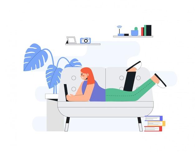Koncepcja pracy domowej biura, kobieta pracuje z domu leżąc na kanapie, student, freelancer.