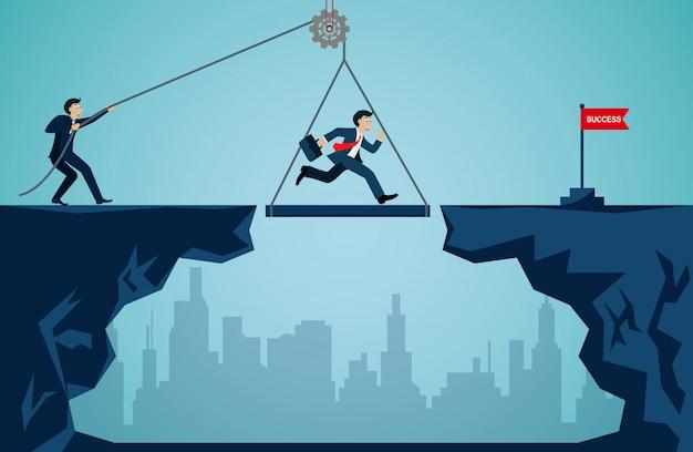 Koncepcja pracy zespołowej firmy. przedsiębiorcy pracujący razem, aby pchnąć organizację do celu sukcesu