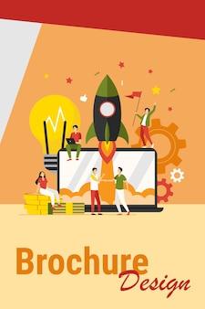 Koncepcja projektu startowego. zespół biznesowy pracujący nad nowym pomysłem, wystrzeliwujący rakietę z laptopa, świętujący udany start. ilustracja wektorowa do pracy zespołowej, przedsiębiorczości, koncepcji innowacji