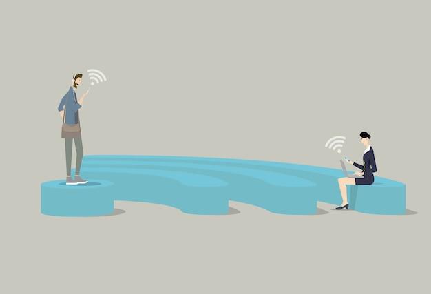 Koncepcja Publicznego Bezpłatnego Wifi. Ludzie Używają Swoich Urządzeń Mobilnych Na Podium W Kształcie Wifi. Premium Wektorów