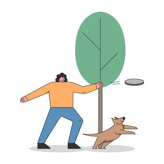 Koncepcja szkolenia psów. szczęśliwa kobieta trenuje psa w parku miejskim lub w okolicy.