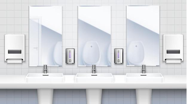 Koncepcja wnętrza toalety publicznej z trzema trzema umywalkami z lustrami i środkami do mycia