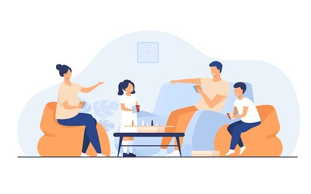 Koncepcja zajęć w domu rodzinnym. szczęśliwy chłopiec i dziewczynka z rodzicami, grając w gry planszowe z kartami i kostkami w salonie. dla rozrywki, bycia razem, wspólnych tematów