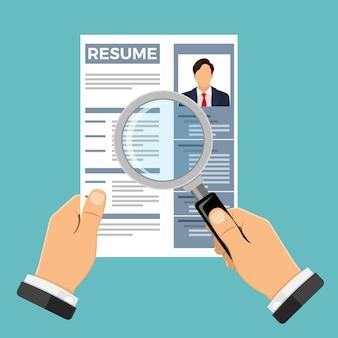 Koncepcja zatrudnienia, rekrutacji i zatrudniania. zasoby ludzkie agencji pracy. ręce z cv osoby poszukującej pracy i lupą. ilustracja wektorowa na białym tle
