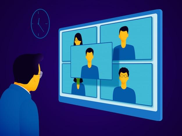 Konferencja wideo. mężczyzna w garniturze komunikuje się z ludźmi podczas spotkania online.