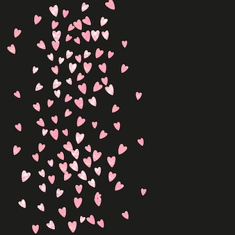 Konfetti różowy brokat z sercami na na białym tle. błyszczące losowo opadające cekiny z połyskiem. projekt z konfetti różowy brokat na zaproszenie na przyjęcie, baner, kartkę z życzeniami, wieczór panieński.