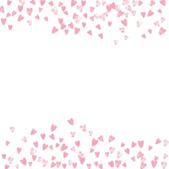 Konfetti różowy brokat z sercami na na białym tle. błyszczące losowo opadające cekiny z połyskiem. zaprojektuj z różowym brokatowym konfetti na zaproszenie na przyjęcie, wesele i zapisz zaproszenie na randkę.
