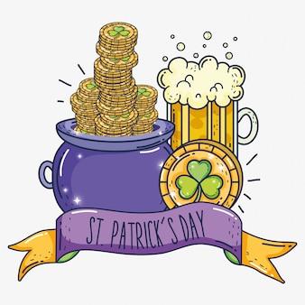 Koniczyny złote monety wewnątrz kotła z szklanką piwa