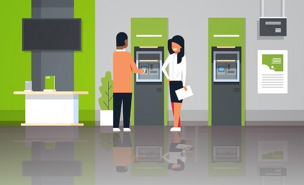 Konsultant bankowy stojący z klientem