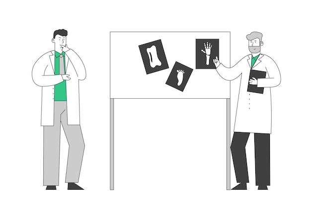 Konsylium lekarzy specjalistów. spotkanie konsultacyjne z profesjonalnymi lekarzami w sali szpitalnej. stoisko przy tablicy wyposażenia laboratorium z obrazami rentgenowskimi