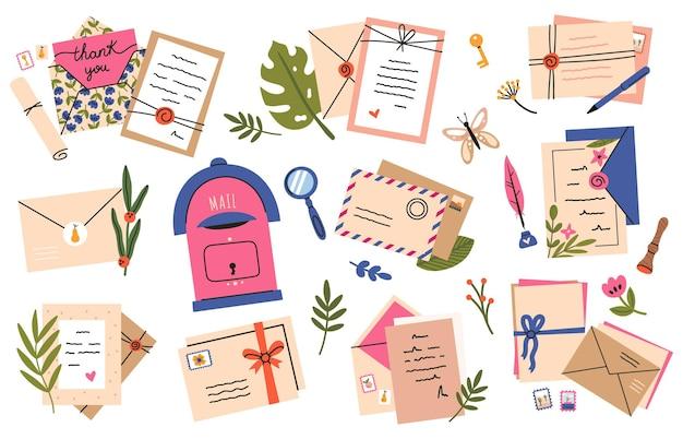 Koperty i kartki pocztowe. pocztówki, listy z papieru rzemieślniczego i śliczne znaczki pocztowe, wysyłanie poczty