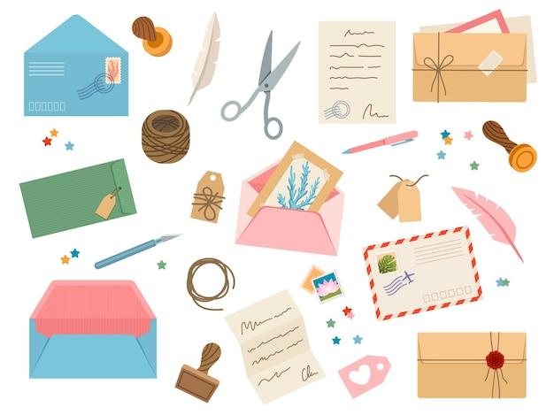 Koperty ze stemplami pocztowymi. vintage papierowe listy pocztowe ze znaczkiem pocztowym, kartami, lakiem, nożyczkami, sznurkiem, metkami i długopisami. post wektor zestaw koperty i pocztówki do ilustracji korespondencji