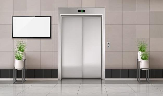 Korytarz biurowy z zamkniętymi drzwiami windy i ekranem telewizora na ścianie
