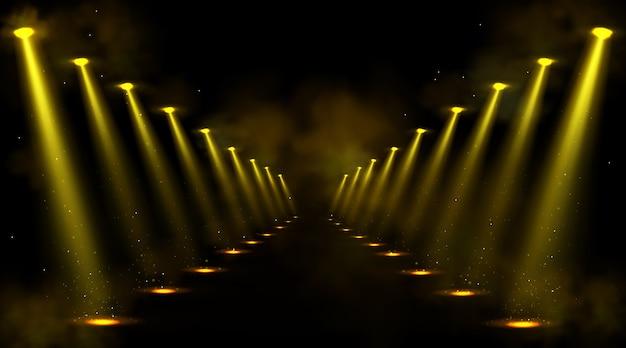 Korytarz oświetlony reflektorami
