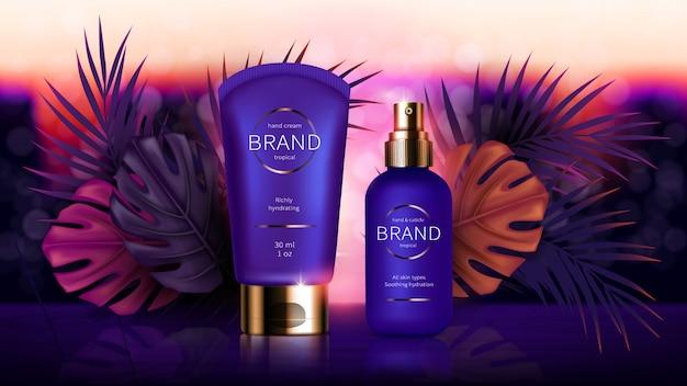 Kosmetyki w pobliżu tropikalnych liści palmowych i monstera
