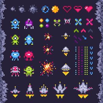 Kosmiczna gra zręcznościowa w stylu retro. statek kosmiczny invaders, potwór najeźdźcy pikseli i retro gry wideo piksel sztuki na białym tle obiektów zestaw ilustracji