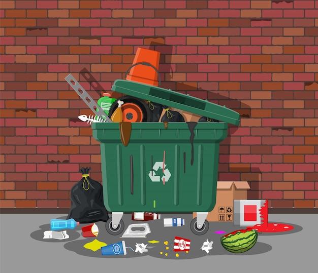 Kosz na śmieci pełen śmieci. przepełniony pojemnik