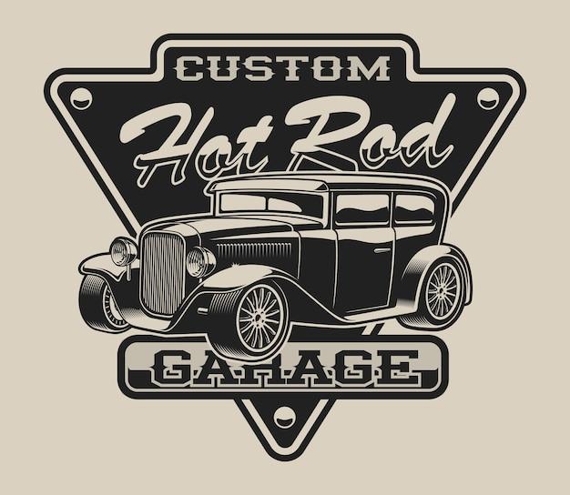 Koszulka z hot rodem w stylu vintage na białym tle.
