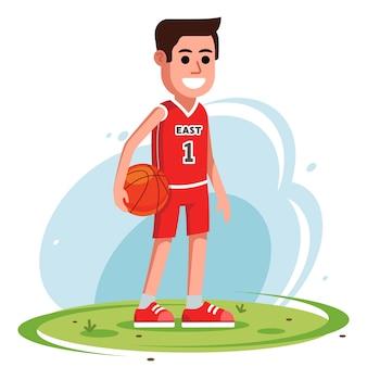Koszykarz stoi z piłką na trawniku. słodka postać