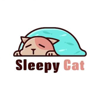 Kot śpiący pod niebieskim kocem z kartonowym logo